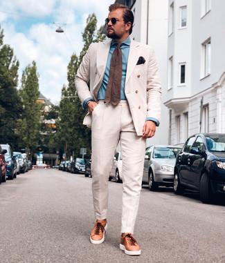 Cómo combinar un traje en beige: Usa un traje en beige y una camisa de vestir de cambray celeste para rebosar clase y sofisticación. ¿Quieres elegir un zapato informal? Usa un par de tenis de cuero en tabaco para el día.