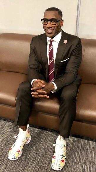Cómo combinar: traje en marrón oscuro, camisa de vestir blanca, zapatillas altas con print de flores blancas, corbata de rayas verticales roja