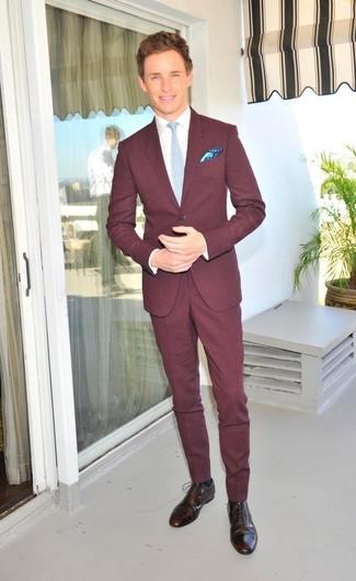 Cómo combinar: traje burdeos, camisa de vestir blanca, zapatos brogue de cuero en marrón oscuro, corbata celeste