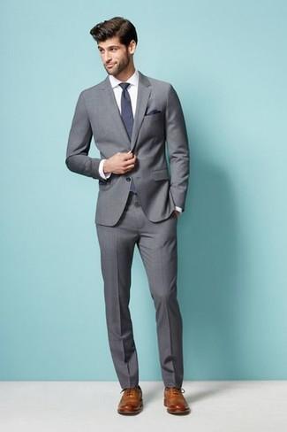 Cómo combinar: traje gris, camisa de vestir blanca, zapatos brogue de cuero marrón claro, corbata en violeta