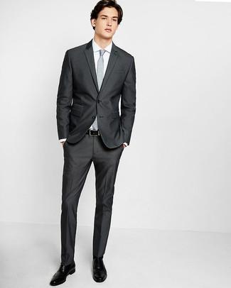 Cómo combinar: traje en gris oscuro, camisa de vestir blanca, zapatos brogue de cuero negros, corbata con print de flores gris