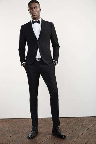 Cómo combinar: traje negro, camisa de vestir blanca, zapatos brogue de cuero negros, corbatín negro