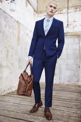Cómo combinar: traje azul marino, camisa de vestir celeste, zapatos brogue de cuero en marrón oscuro, bolsa de viaje de cuero marrón