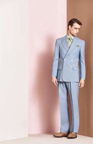 Cómo combinar: traje celeste, camisa de vestir estampada en verde menta, zapatos brogue de cuero marrón claro, corbata en verde menta