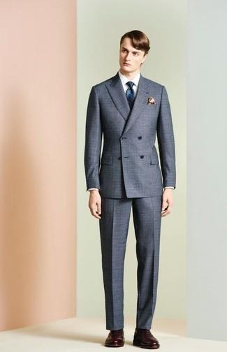 Cómo combinar: traje gris, camisa de vestir blanca, zapatos brogue de cuero en marrón oscuro, corbata estampada azul marino