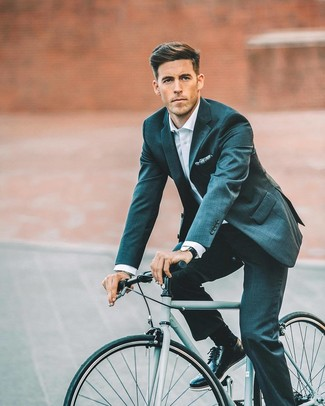 Cómo combinar: traje en verde azulado, camisa de vestir blanca, zapatos brogue de cuero negros, pañuelo de bolsillo estampado azul marino