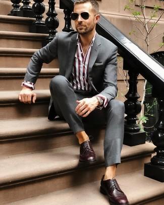 Cómo combinar: traje en gris oscuro, camisa de vestir de rayas verticales burdeos, zapatos brogue de cuero burdeos, gafas de sol negras