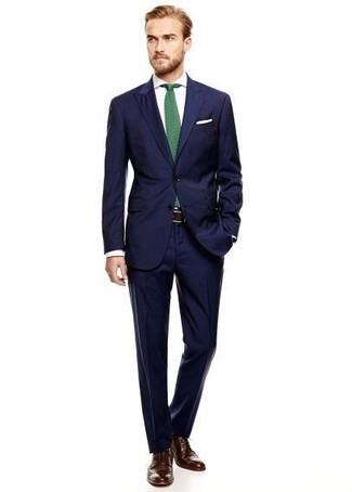 Cómo combinar: traje azul marino, camisa de vestir blanca, zapatos brogue de cuero en marrón oscuro, corbata verde