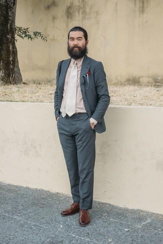 Cómo combinar: traje en gris oscuro, camisa de vestir en beige, zapatos brogue de cuero marrónes, corbata en beige