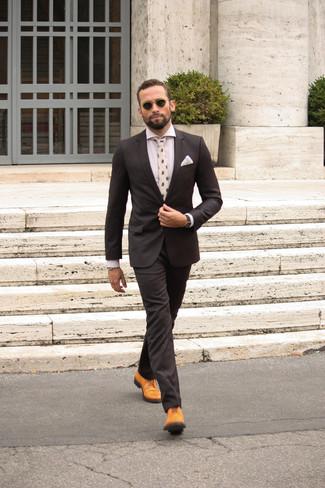 Cómo combinar: traje negro, camisa de vestir blanca, zapatos brogue de cuero marrón claro, corbata estampada blanca