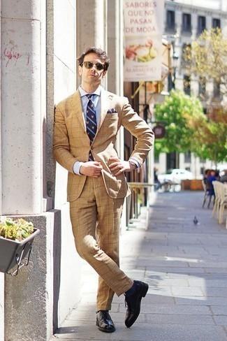 Cómo combinar unos calcetines azul marino: Haz de un traje marrón claro y unos calcetines azul marino tu atuendo para lidiar sin esfuerzo con lo que sea que te traiga el día. ¿Te sientes valiente? Complementa tu atuendo con zapatos brogue de cuero negros.