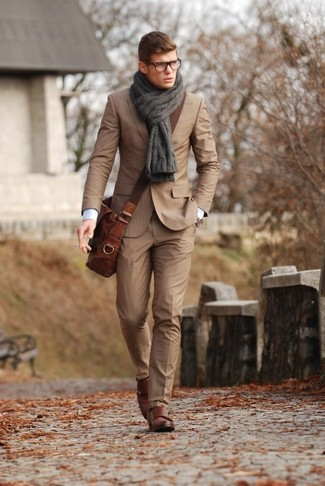 Cómo combinar: traje de rayas verticales marrón claro, camisa de vestir blanca, zapatos con doble hebilla de cuero marrónes, bolso mensajero de cuero marrón