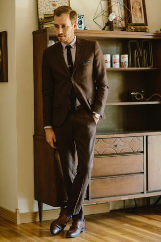 Cómo combinar: traje de lana en marrón oscuro, camisa de vestir rosada, zapatos con doble hebilla de cuero marrónes, corbata de punto negra