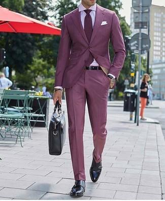 Cómo combinar: traje burdeos, camisa de vestir rosada, zapatos con doble hebilla de cuero negros, portafolio de cuero negro