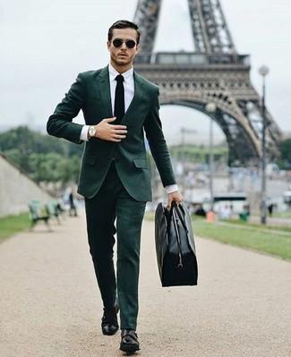 Cómo combinar: traje verde oscuro, camisa de vestir blanca, zapatos con doble hebilla de cuero negros, bolsa de viaje de cuero negra