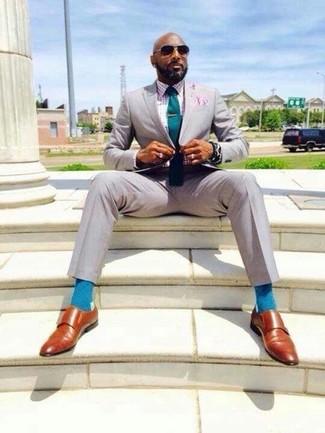 Cómo combinar: traje gris, camisa de vestir de cuadro vichy rosada, zapatos con doble hebilla de cuero en tabaco, corbata en verde azulado