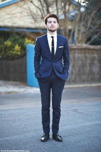 Haz de un traje azul marino y una camisa de vestir blanca tu atuendo para rebosar clase y sofisticación. Para el calzado ve por el camino informal con zapatos con doble hebilla de cuero negros.