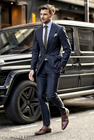Cómo combinar: traje negro, camisa de vestir de rayas verticales celeste, zapatos con doble hebilla de cuero marrónes, corbata de punto verde oliva