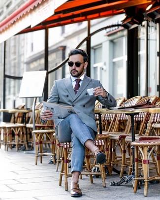 Cómo combinar: traje gris, camisa de vestir blanca, zapatos con doble hebilla de cuero marrónes, corbata a lunares morado oscuro