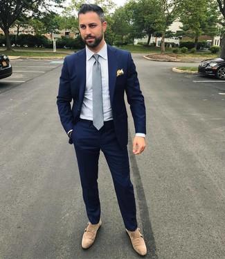Cómo combinar: traje azul marino, camisa de vestir de rayas verticales blanca, zapatos con doble hebilla de ante en beige, corbata a lunares gris