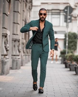 Cómo combinar: traje verde oscuro, camisa de vestir negra, zapatos con doble hebilla de cuero negros, gafas de sol en marrón oscuro