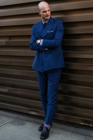 Cómo combinar unos calcetines morado: Ponte un traje de rayas verticales azul marino y unos calcetines morado para conseguir una apariencia relajada pero elegante. ¿Te sientes valiente? Completa tu atuendo con zapatos con doble hebilla de cuero negros.
