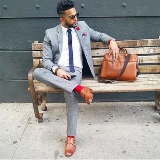 Cómo combinar: traje de lana gris, camisa de vestir blanca, zapatos con doble hebilla de cuero marrónes, portafolio de cuero marrón