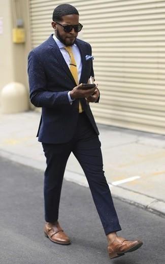 Cómo combinar unos zapatos con doble hebilla de cuero marrónes en verano 2020: Emparejar un traje azul marino con una camisa de vestir a cuadros celeste es una opción buena para una apariencia clásica y refinada. Zapatos con doble hebilla de cuero marrónes son una opción buena para complementar tu atuendo. Este look es una idea buena si tu en busca de un look veraniego.