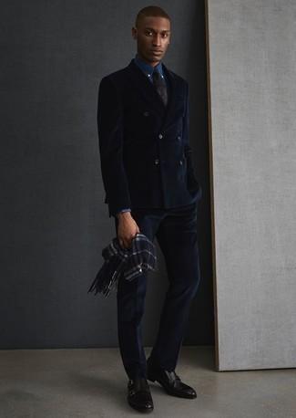 Cómo combinar una bufanda de tartán azul marino: Utiliza un traje azul marino y una bufanda de tartán azul marino para conseguir una apariencia relajada pero elegante. Elige un par de zapatos con doble hebilla de cuero negros para mostrar tu inteligencia sartorial.