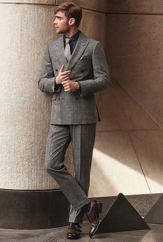 Cómo combinar un pañuelo de bolsillo gris: Casa un traje de tartán gris junto a un pañuelo de bolsillo gris para un almuerzo en domingo con amigos. ¿Te sientes valiente? Opta por un par de zapatos con doble hebilla de cuero en marrón oscuro.