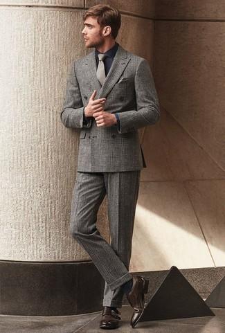Cómo combinar un pañuelo de bolsillo gris: La versatilidad de un traje de tartán gris y un pañuelo de bolsillo gris los hace prendas en las que vale la pena invertir. Usa un par de zapatos con doble hebilla de cuero en marrón oscuro para mostrar tu inteligencia sartorial.