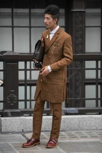 Cómo combinar un portafolio de cuero en marrón oscuro: Para crear una apariencia para un almuerzo con amigos en el fin de semana empareja un traje en tabaco con un portafolio de cuero en marrón oscuro. Con el calzado, sé más clásico y completa tu atuendo con zapatos con doble hebilla de cuero burdeos.