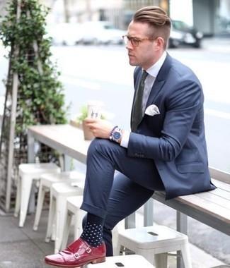 Cómo combinar un traje azul marino: Empareja un traje azul marino con una camisa de vestir blanca para una apariencia clásica y elegante. Si no quieres vestir totalmente formal, complementa tu atuendo con zapatos con doble hebilla de cuero rojos.