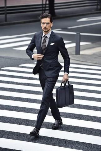 Cómo combinar unos zapatos de vestir: Opta por un traje azul marino y una camisa de vestir de rayas verticales gris para rebosar clase y sofisticación. Opta por un par de zapatos de vestir para mostrar tu inteligencia sartorial.