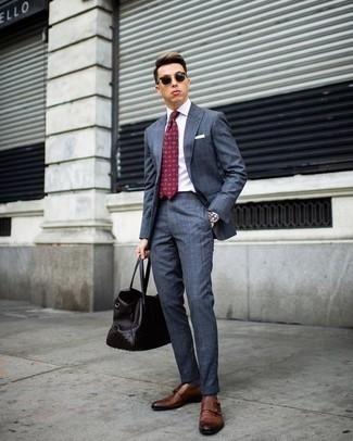 Cómo combinar una bolsa tote de cuero en marrón oscuro: Para un atuendo que esté lleno de caracter y personalidad utiliza un traje azul y una bolsa tote de cuero en marrón oscuro. Con el calzado, sé más clásico y completa tu atuendo con zapatos con doble hebilla de cuero marrónes.