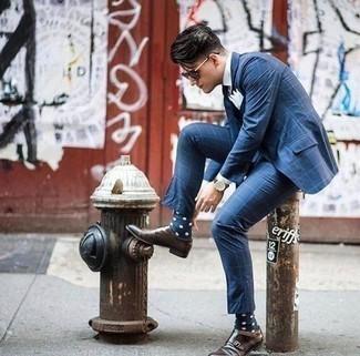 Cómo combinar unos calcetines a lunares en azul marino y blanco: Para un atuendo que esté lleno de caracter y personalidad ponte un traje a cuadros azul y unos calcetines a lunares en azul marino y blanco. Luce este conjunto con zapatos con doble hebilla de cuero en marrón oscuro.