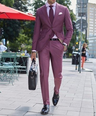 Cómo combinar un traje en violeta: Utiliza un traje en violeta y una camisa de vestir blanca para una apariencia clásica y elegante. ¿Quieres elegir un zapato informal? Elige un par de zapatos con doble hebilla de cuero negros para el día.