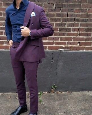 Look de moda: Traje en violeta, Camisa de vestir azul marino, Zapatos con doble hebilla de cuero negros, Pañuelo de bolsillo estampado celeste