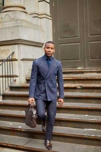 Cómo combinar una camisa de vestir de cambray azul: Casa una camisa de vestir de cambray azul junto a un traje azul marino para una apariencia clásica y elegante. Si no quieres vestir totalmente formal, elige un par de zapatos con doble hebilla de cuero marrónes.