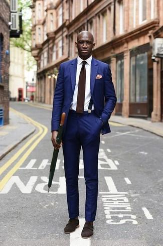 Cómo combinar: traje azul, camisa de vestir blanca, zapatos con doble hebilla de ante en marrón oscuro, corbata de lana en marrón oscuro
