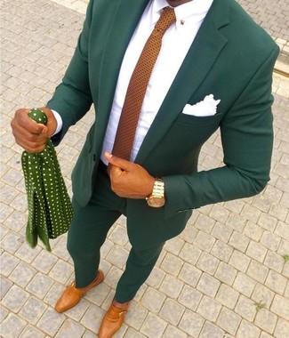 Cómo combinar: traje verde oscuro, camisa de vestir blanca, zapatos con hebilla de cuero en tabaco, corbata a lunares naranja