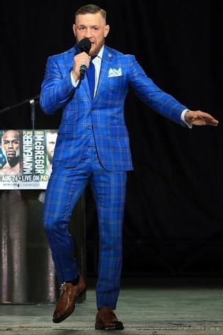 Cómo combinar: traje a cuadros azul, camisa de vestir blanca, zapatos con hebilla de cuero marrónes, corbata azul