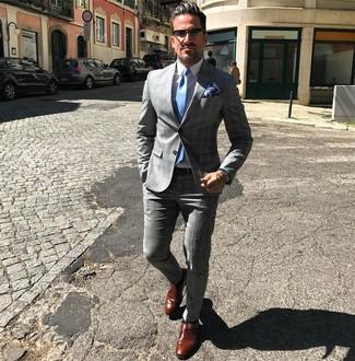 Cómo combinar: traje de tartán gris, camisa de vestir blanca, zapatos con hebilla de cuero marrónes, corbata celeste