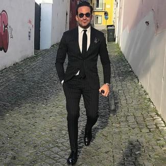 Cómo combinar: traje de rayas verticales negro, camisa de vestir blanca, zapatos con hebilla de cuero negros, corbata negra