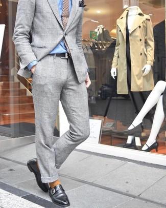 Cómo combinar: traje de tartán gris, camisa de vestir celeste, zapatos con hebilla de cuero negros, corbata de pata de gallo marrón claro