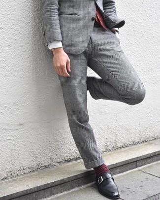 Cómo combinar: traje de tartán gris, camisa de vestir blanca, zapatos con hebilla de cuero negros, corbata de paisley burdeos