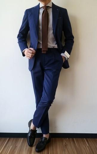 Cómo combinar unos zapatos con hebilla de cuero negros: Elige un traje azul marino y una camisa de vestir de rayas verticales en blanco y azul marino para rebosar clase y sofisticación. Zapatos con hebilla de cuero negros son una opción incomparable para completar este atuendo.