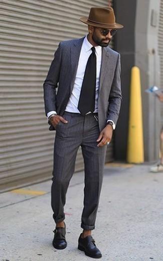 Cómo combinar unos zapatos con hebilla de cuero negros para hombres de 30 años: Emparejar un traje de rayas verticales en gris oscuro junto a una camisa de vestir blanca es una opción práctica para una apariencia clásica y refinada. Zapatos con hebilla de cuero negros son una opción estupenda para complementar tu atuendo.