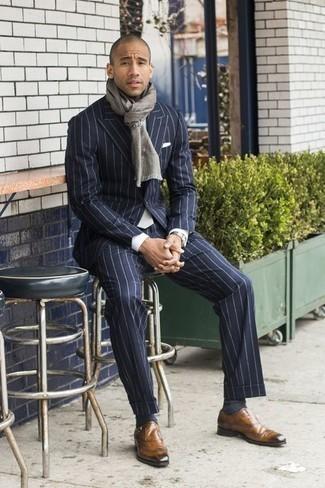 Cómo combinar una bufanda: Para un atuendo que esté lleno de caracter y personalidad haz de un traje de rayas verticales azul marino y una bufanda tu atuendo. ¿Te sientes valiente? Opta por un par de zapatos con hebilla de cuero marrón claro.
