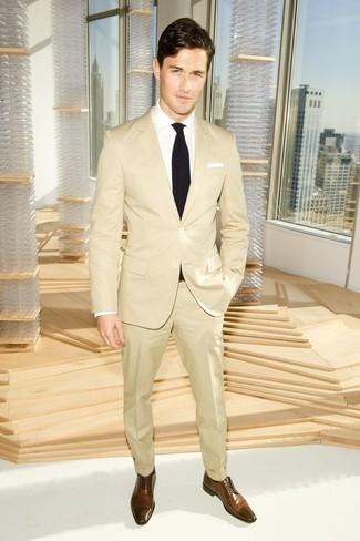 Cómo combinar: traje marrón claro, camisa de vestir blanca, zapatos derby de cuero marrónes, corbata negra